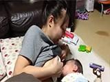 日本少妇喂奶视频 躺在床上喂奶,看着就很温馨。